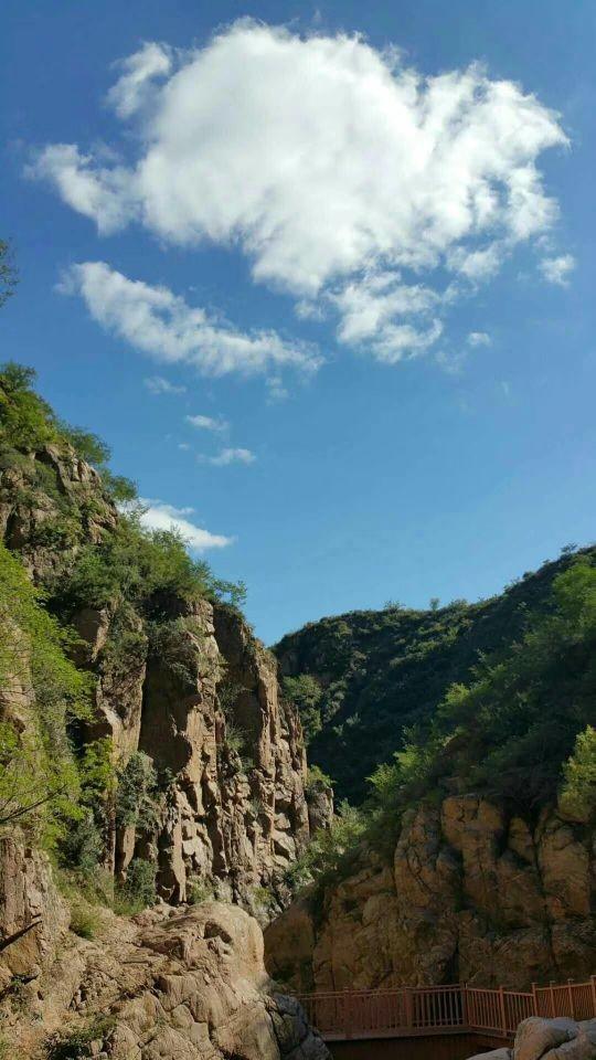 桑干河大峡谷,桑干河大峡谷的山很好看,爬山的话可以欣赏到许多景色,山中间还有庙宇,据说这里是人类的发源地,也算是具有非常重要的历史意义了。