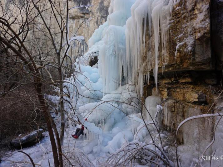 通天峡风景区,通天峡风景区有险峻的山峰和险峻的地势,我们来的时候是冬天,山上是厚厚的冰层,还有一些冰柱子挂在悬崖边。通天峡风景区有玻璃栈桥,不害怕的盆友可以来玩玩。