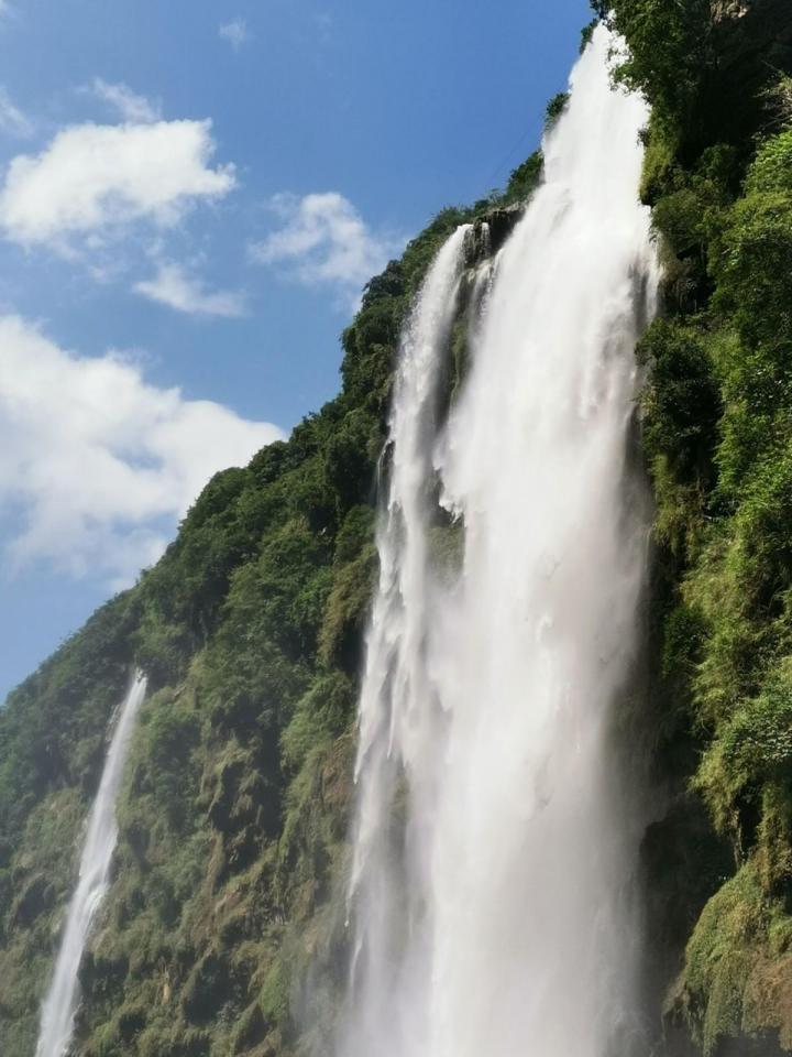 马岭河大峡谷,马岭河峡谷位于贵州省黔西南州兴义市境内,可以坐电梯游览,40元钱一个人,由于景区本身并不算大,基本上顺着谷底的游览线路行至最远端的瀑布观景台就可以往回返了,所以实际游览时间大概在两个小时左右。