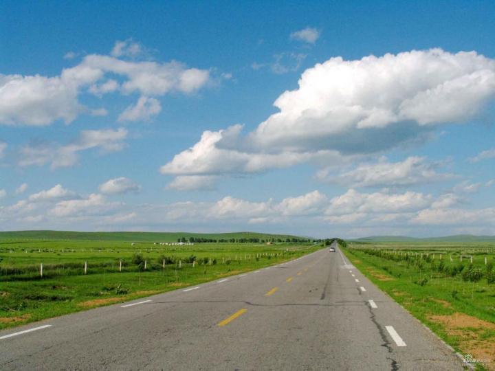 革吉沿途草原,这里的草原在广阔的公路两边,绿油油的草原上有很多羊群和肥牛在奔跑,又可以也可以自费在这里骑马,会有专门的老师指导骑马。革吉沿途草原真的太好玩了