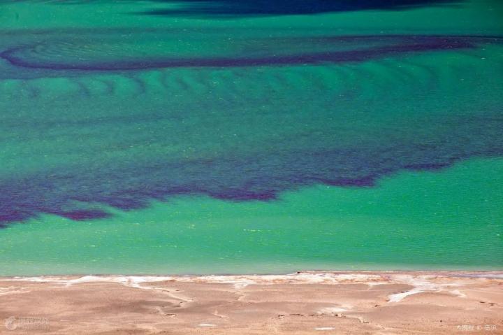 当穹错,这个湖曾经和当惹雍错是合为一体。当水位下降后,她就自成一湖。据说当穹措的湖水奇异,一天之中要变换三种颜色,谁能在一天之中见到湖水的三种颜色,便是最幸运的。