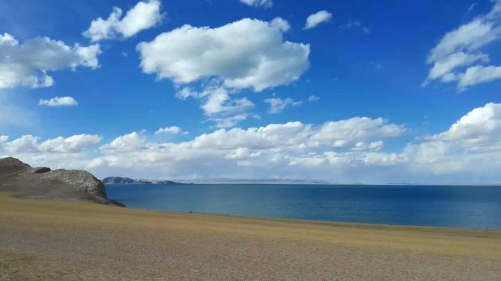 色林措,色林措现在是西藏最大的咸水湖,是全国面积仅次于青海湖的咸水湖,排名第二。感觉色林措特别美,水面清澈,走在边上能听到湖水敲打着岸边的沙石,而且天蓝,在那停留了好久才依依不舍离开。
