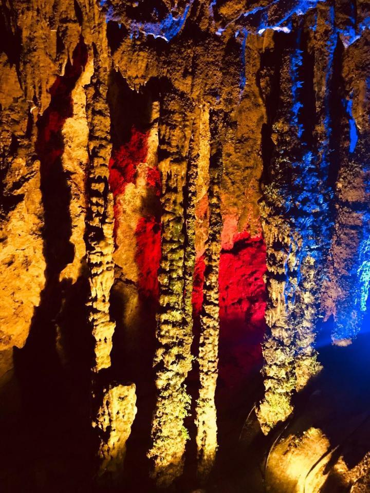 银子岩景区,银子岩溶洞是典型的喀斯特地貌,贯穿十二座山峰,属层楼式溶洞,洞内汇集了不同地质年代发育生长的钟乳石,晶莹剔透,洁白无瑕,宛如夜空的银河倾斜而下,闪烁出像银子、似钻石的光芒。,银子岩有几处漂亮倒影的水潭,有些甚至可以试试拍人像。