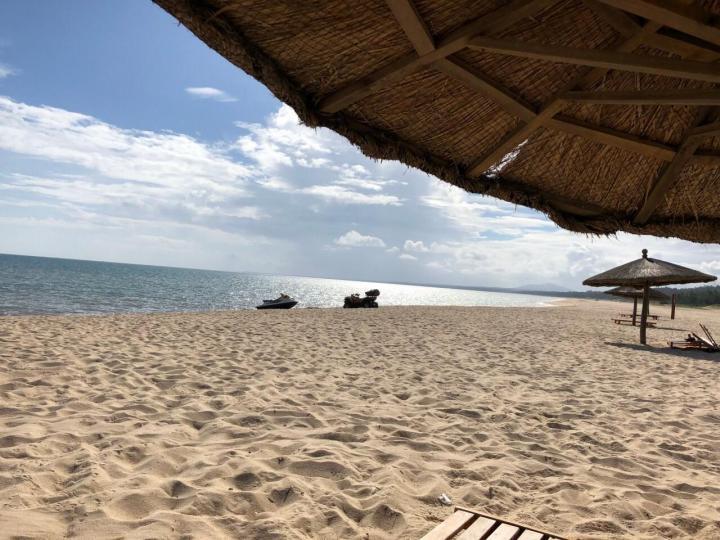 """昌江棋子湾,棋子湾在昌化镇,风景很好,据称是""""万里沙漠落海边"""",一面是沙漠礁石,一面是碧波粼粼。昌江棋子湾还在开发中,人少安静,风光秀丽。"""