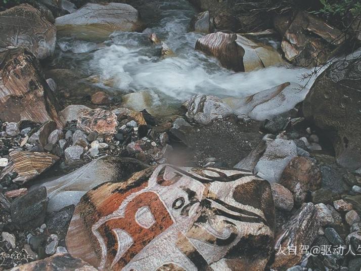 勒巴沟,勒巴沟我觉得秋天去比较合适,到时候山里面的彩林出来了,在勒巴沟还可以看到唐朝的阴刻岩画,体验了勒巴沟深厚的特色文化底蕴。