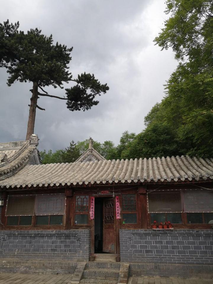 龙庆峡,龙庆峡位于北京市延庆区城东北10公里的古城村 西北 的古城河口,位于延庆北部,龙庆峡每年冬天都举办冰灯展览。大家可以提前查询时间趁着展览时间点过来看。