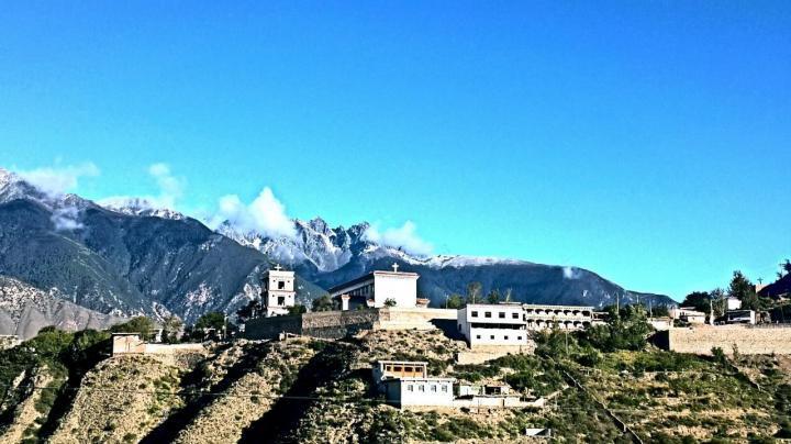 盐井天主教堂,该教堂外观如藏式民居常见的式样,教堂内部装饰是西方哥特式高大拱门,盐井天主教堂也是西藏唯一的天主教堂,里面恢弘气派,修的非常好