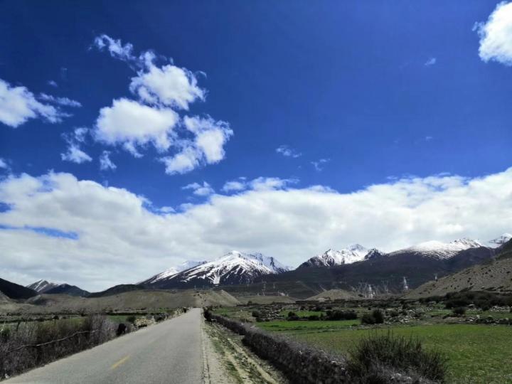达安久拉山,在我爬过的雪山中达安久拉山是最平缓的一座。运气极佳。冰蓝的天,哈达白的云,巍峨的山,一个都不少。只是上面的海子,面积缩小了很多。
