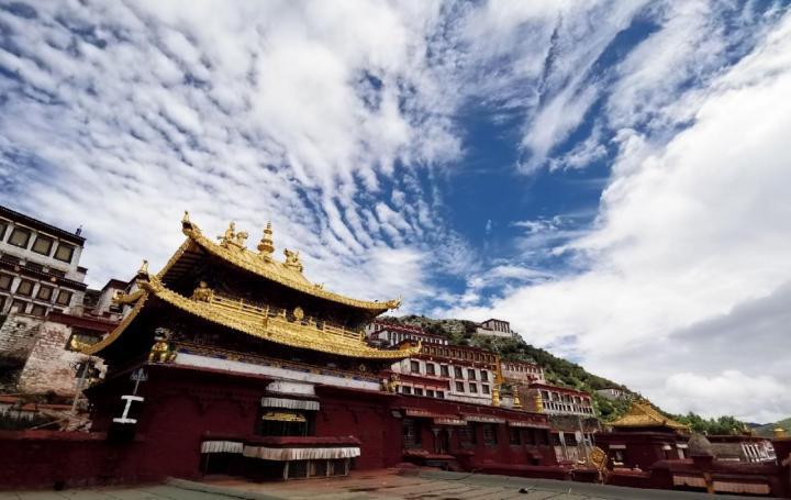 达孜甘丹寺,达孜甘丹寺是藏传佛教重要寺院之一,达孜甘丹寺不算远,从市区出发大概一个半小时就到了,山路很绕,十八拐,快到了你会看见一片红色的大殿肃立在群山之中,庄严和神圣。在里面大部分都是藏民以及喇嘛,门票50,学生证免费。