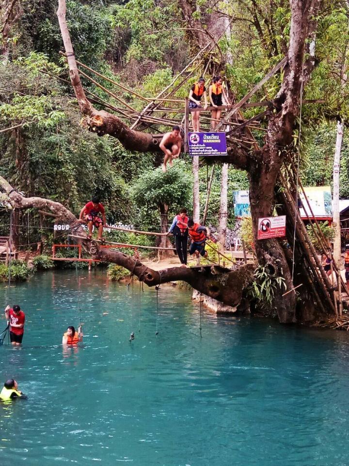 坦普坎溶洞,这里的蓝色泻湖水质非常好,里面有许多鱼儿游弋。游客站在5米高和3米高的树枝上往下跳,是到这里游玩的主要项目; 蓝色泻湖是万荣的地标建筑,曾经上过国家地理杂志,也是欧美背包客最喜欢来的地方。它的水质非常清澈,背包客最喜欢玩的活动就是爬到一棵树上,然后往下跳。