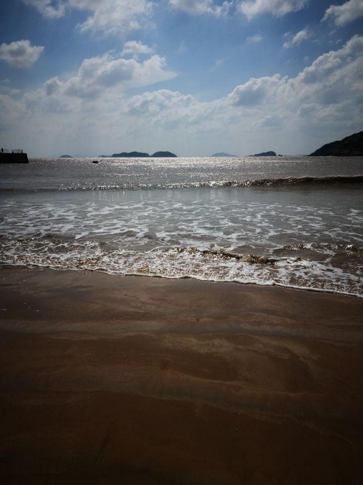 嵊泗基湖沙滩,嵊泗基湖沙滩是嵊泗岛上最大的一处海滨浴场,嵊泗基湖沙滩日间门票60,晚间门票20,基湖沙滩的沙质细腻,跑在上面还是挺舒服的,沙滩要比枸杞岛的大王沙滩好。