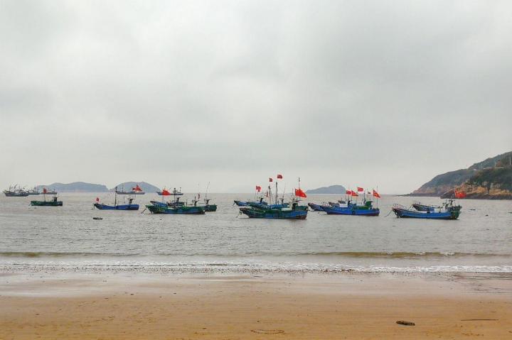 东海渔村,东海渔村是一个特别艺术的小村子,各式各样彩绘的小房子,里面有很多渔民壁画; 东海渔村村子中间的广场有个大大的渔船造型装饰摆设,渔民长年以船为家以海为伴,渔船在当地人心目中远不是简单的交通工具和维生手段,有着不一般的特殊意义。