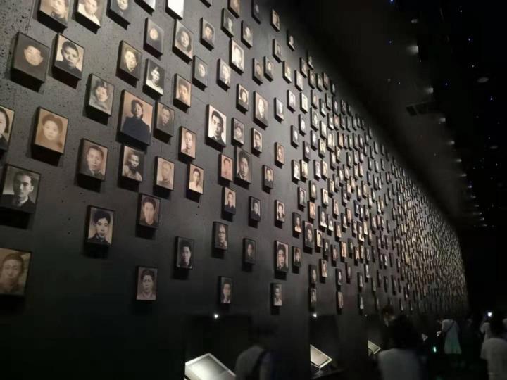 南京大屠杀纪念馆,南京大屠杀是免费参观的,不过下午4点就闭馆了,所以建议要早点去看。参观完心情很难受,不建议带小孩去看,愿逝者安息,愿世界和平不再有战争,残害无辜百姓。虽然很压抑但我并不后悔来这里看一下,他让我们铭记历史,更加珍惜眼前的和平时光。