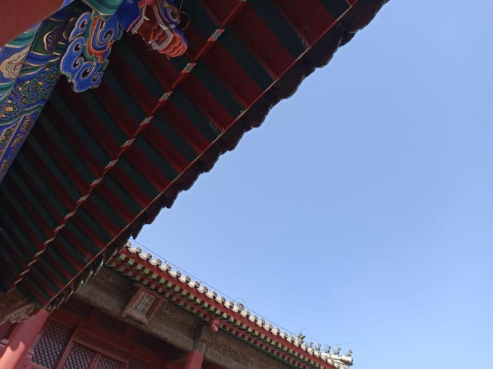 沈阳故宫,辽宁沈阳故宫又称盛京皇宫,是清王朝的第一座大气庄严的帝王宫殿建筑群。辽宁沈阳故宫不大,整体结构和北京故宫差不多,这个是返修后的太极殿,前面有一个广场,两边分布的是八旗各旗的亭子,广场用来娱乐活动的。