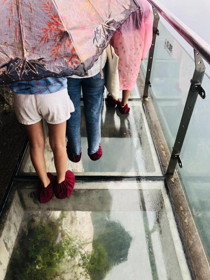 百龙天梯,张家界百龙天梯气势恢弘,采用三台双层全暴露观光并列分体运行;百龙天梯是全球最高的户外电梯,是吉尼斯纪录保持者。通过长长的隧道。得乘坐一次电梯才能到百龙天梯底下。天梯单程65元。