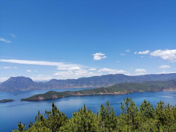 """泸沽湖草海景区,草海在 泸沽湖的东南面,由于长年泥沙淤积,导致水深变浅,长有茂密的芦苇,远远望去,像一片草的海洋,故当地人称为""""草海""""。湖水微动,午后阳光强烈,白云倒映湖面,如油画般的美景。草海绝对是喜好拍照,摄影的朋友必不可少的地方,可以出很多大片儿"""