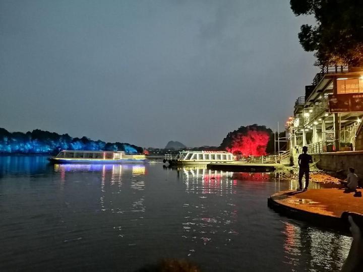 两江四湖,桂林两江四湖构成桂林山水美景的重要组成部分。两江四湖全是有机玻璃做的,不过两江四湖游船价格昂贵,现场个人感觉游船有点破旧,开的速度也是蛮快的。如果想乘坐游船游览两江四湖,可以通过在网上提前预订,能省不少钱。