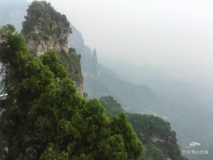 云台山风景名胜区,我们去云台山自助游的时候,天气正好,秋风宜人,白云如絮在空中悠闲地游走,空气中有清泉甘冽的味道,特别清新。整个云台山山峦叠嶂,树木清幽挺拔,其间泉、潭、瀑交替出现,泉的清秀,潭的深幽,瀑布的急骤让整个云台山灵动起来。