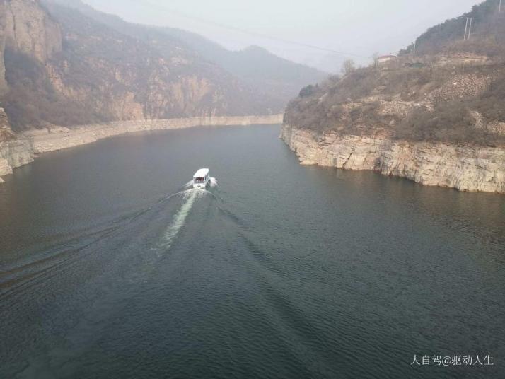 京娘湖,邯郸京娘湖挺大的,那个湖就很大,山也挺长,景色也不错,算是附近比较适合爬山的地方了。夏天的时候树很多,景区里的建设也不错,整体玩下来算是比较舒服的;来这里除了泛舟湖上以外,还可以去贞义岛上转转,上面有很多古树,还有有关赵匡胤的故事传说。