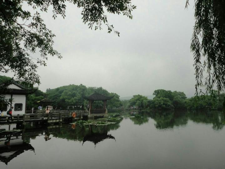 杭州西湖,游杭州西湖仿佛回到了小时候在老家的乡下, 西湖不仅仅是看湖,里面还有很多的小景点, 曲院风荷、 柳浪闻莺 、花港观鱼、 苏堤、 白堤、 断桥、 三潭映月 、雷峰塔、 都在整个西湖景区里 。