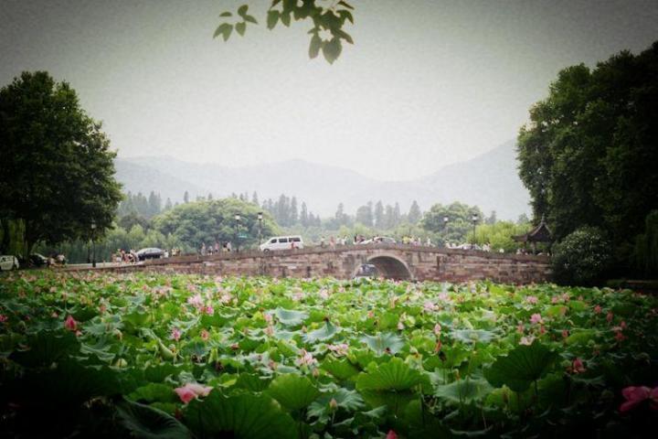 杭州西湖,杭州西湖旅游景点是杭州比较知名的经典了,欲把西湖比西子,淡妆浓抹总相宜,这两句诗形象生动的描述了杭州西湖旅游景点的魅力,也吸引的大批游客争相到访。 断桥残雪,是西湖上著名的景色,以冬雪时远观桥面若隐若现于湖面而称著是西湖十景之一。虽然在段桥边看到的满满是人,但却还是很迷人。