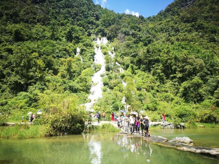 大别山彩虹瀑布,一大别山彩虹瀑布门票每人100元,去观景台还要另收10块钱。有点小贵了,瀑布一般,彩虹只有几个指定的时间段才可以看到,总体来说景区不大,大概两个小时就可以逛完。