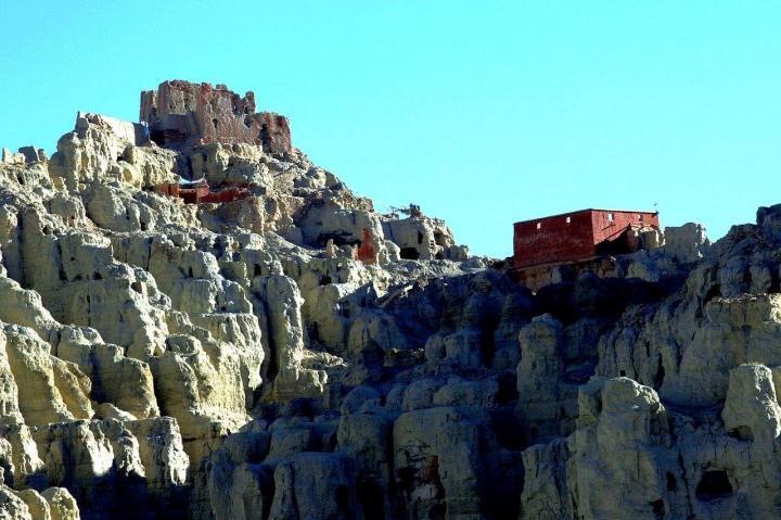 东嘎皮央遗址,东嘎皮央遗址位于扎达40公里处,绵延2公里,东嘎皮央遗址的石窟壁画遗址,是中国迄今发现的规模最大的佛教古窟遗址。里面的壁画类型多样,颜色丰富,值得一游