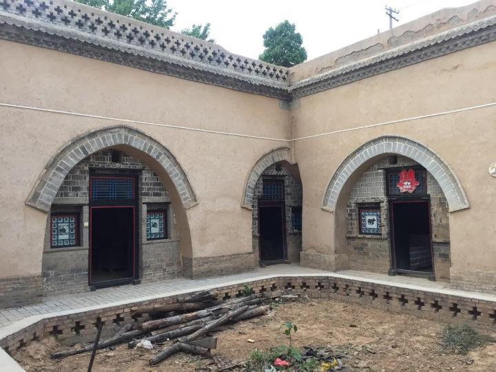 陕州地坑院,陕州地坑院一人门票60,停车一车10块; 陕州地坑院是一个非常有特点的建筑民居,通过地坑院也会了解到当地的一些风土人情。