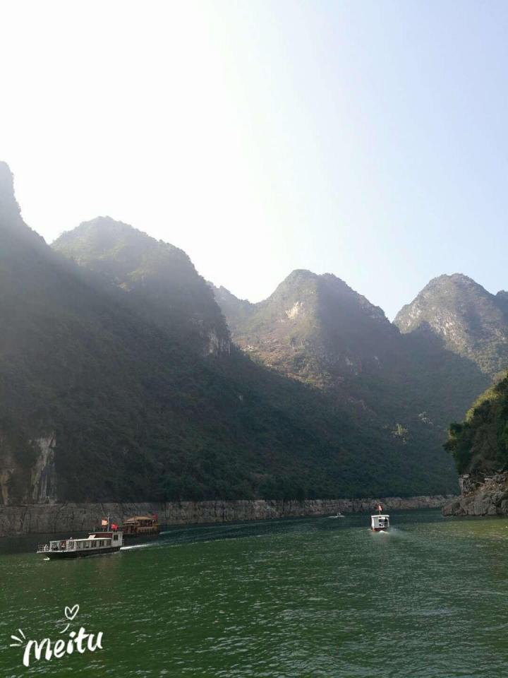 万峰湖,万峰湖位于贵州省兴义市,万峰湖天气好的话可以看到,优美的环境,清澈的水质,置身其中,感觉到了桂林,但比桂林清静多了。建议自驾游,可找农家乐品尝当地美食,也可烧烤。