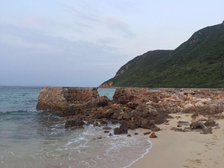 三门岛,三门岛攻略很好做,因为只有一个小岛,上岛的话只需要给10元的环境保护费,不过上岛之后还是很失望,环境脏乱差,不知道当地是如何维护的,可惜了这个美景了。