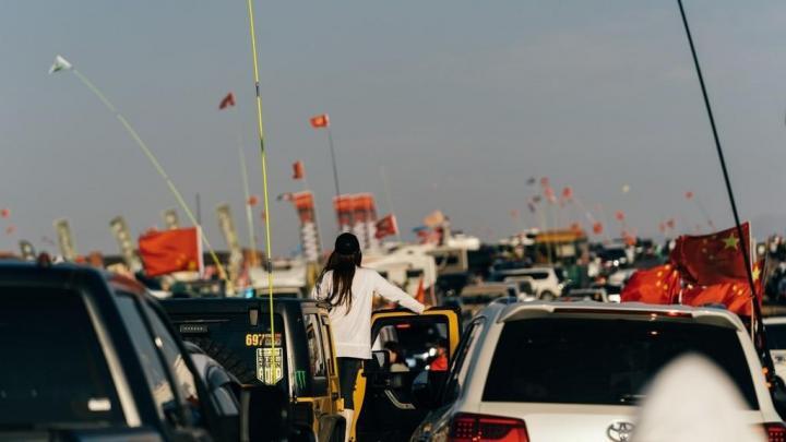 阿拉善英雄会,去阿拉善英雄会需要带一些户外装备,类似冲锋衣、冲锋裤、速干衣、裤等装备其强大功能不仅适应于早晚温差巨大的沙漠,过来看的话要提前出法哦,避免堵车。