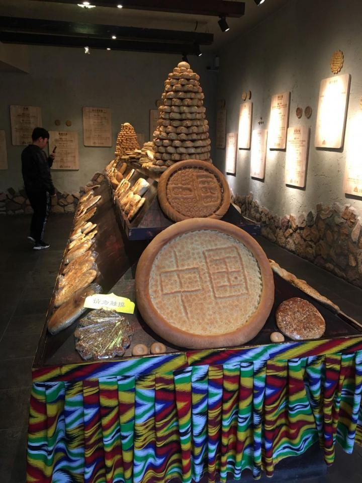 二道桥国际大巴扎,二道桥国际大巴扎是世界规模最大的大巴扎(维吾尔语,意为集市、农贸市场)这里最近才开张了美食一条街,代表乌鲁木齐特色美食,大巴扎里面还摆卖各种各样的精品饰品。新疆盛产的玉石。