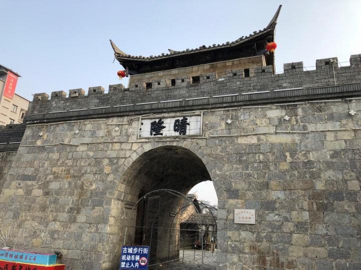 安南古城,位于贵州省黔西南州晴隆县莲城镇,是在原古城晴隆县的历史基础上而进行重建,是电视剧《二十四道拐》的主要拍摄基地,因晴隆在古代叫安南而称安南古城。安南古城是不收门票的,空了就可以过来看看
