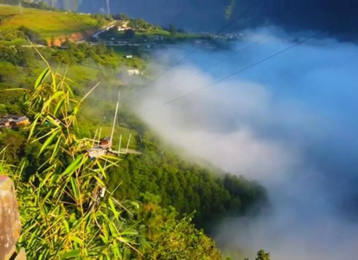丙中洛,丙中洛正是怒江峡谷深处难得一见的开阔台地,以秀美的田园风光而著称。丙中洛最主要的几个景点分别是:怒江第一湾、石门关、秋那桶和丙中洛田园风光。