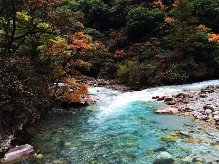 东拉山大峡谷,东拉山大峡谷风景区最美的风光在秋季的红叶彩林。拉山大峡谷有个好处在于,即使没赶上红叶季节,景色仍然很漂亮,东拉山大峡谷风景区傍河而起,水景也非常迷人。