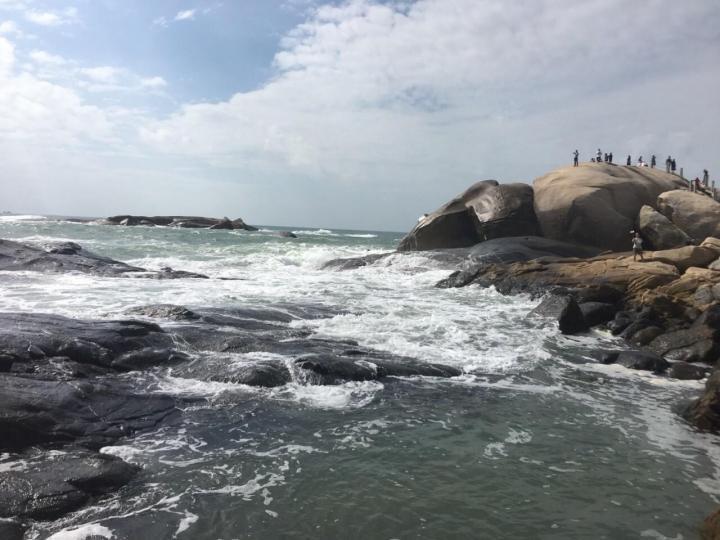 石头公园,石头公园位于文昌铜鼓岭山脚,这里是一片原生态的海域,沙平水清,岸边与海水中分布着的大小石林更是极具特色。石头公园算得上海南少数不收费的景点了,个人觉得这里是拍婚纱大片的好地点,也不用花费费用。