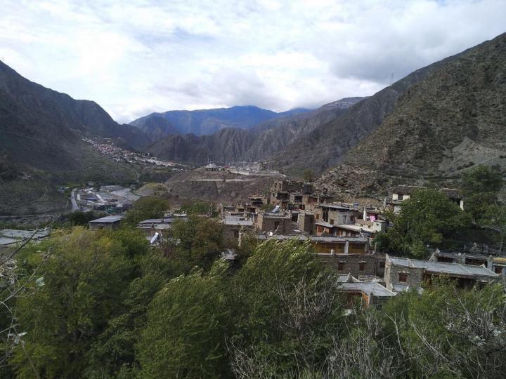 色尔古藏寨,色尔古藏寨距达古冰川不远,依山据险而建。色尔古藏寨是一个古朴的藏寨,需门票,里面民宿很多,色尔古藏寨是一个很漂亮的石头城。