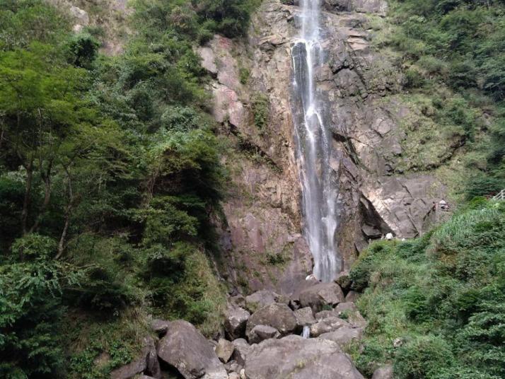 云谷飞瀑,进了大门我们就直接山脚下买了缆车票坐上去。一路往下走看到了著名的云谷飞瀑,轰鸣作响,溅起万千水珠,非常壮观、漂亮。