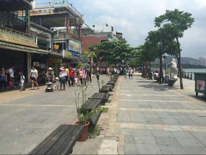 淡水老街,淡水老街和其它台湾老街一样,建筑大多以老式砖造店铺为主,不同的大抵是藏在骑楼老字号招牌里泛着不同香气的古早味。 沿着老街一路逛,夹杂在小吃店与商品店当中,开放式书画展,艺术工坊,杂货古董店,和给古建筑横梁彩绘的工作室却有一种并不突兀的惊喜。
