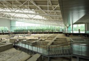 """博物馆由陈列馆、遗迹馆、金沙剧场等建筑组成。从南大门进入后,首先映入眼帘的是一座大型雕塑""""中国文化遗产纪念雕塑"""",雕塑外形就是源于出土的那件""""太阳神鸟""""黄金饰品。陈列馆分为五个展厅和一个4D电影院。集中展示了金沙遗址出土的金器、铜器、石器等精美文物,通过这些器物,展现出古蜀文明发生、发展和演变的过程。"""