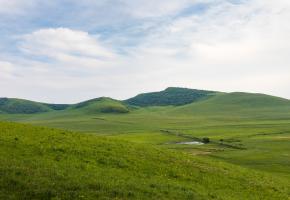 查真梁子海拔4345米,位于红原县境内,213线 719公里处。查真意为柳树。查真梁子为红原南部丘状高原之巅。山势虽无奇绝之处,却因丘原两侧有二水发源,一入黄河,一入长江,为一大奇观。