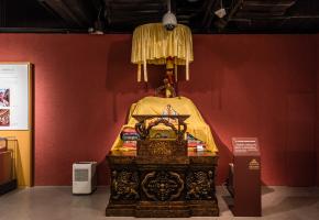 从罗布林卡移步对面,即是西藏博物馆。馆内的史前文化遗物和众多宗教造像、典籍、手工艺品可以帮助你全面地了解西藏的文化。建议把这儿作为游玩拉萨的第一站,对之后的游玩也能起到很大的帮助。游览西藏博物馆最好听听讲解。若没遇上旅行团,你可以在入口处花5块钱租一个语音导览器,帮助你更细致全面地了解这些藏品。