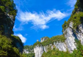 龙水峡地缝是全长4公里的泉水流瀑挂壁险峻幽深,怪石峥嵘,在武隆县仙女山镇境内。走在地缝中仰望壁立千仞,天光曦微,让人昏昏然不知身之何处。可以说,观龙水峡地缝,可知百万年地质变化。