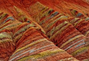 火石寨国家地质(森林)公园位于宁夏西吉县城以北15公里,属六盘山西部余脉。火石寨以大西北垄断性旅游资源丹霞地貌著称,自然风光、人文景观、回族风情相互交织构景如同仙境一般。奇山、异石、茂树、岩洞、石窟堪称景区五绝。