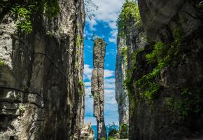 飞狐峪俗称北口峪,位于河北蔚县城南20公里,风景秀丽,气候宜人,该景以山峰怪异、谷幽奇险称绝。目前现存主要景观有翠屏山、七姑娘峰、一柱香、一线天、箭眼、八仙洞等数十处。