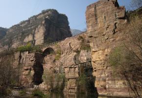 """王莽岭风景区,位于山西省晋城市陵川县古郊乡境内,因西汉王莽赶刘秀到此地安营扎寨而得名。包括王莽岭、锡崖沟、昆山、刘秀城四个景系。这里的云海、日出、奇峰、松涛、挂壁公路、红岩大峡谷、立体瀑布,形成了八百里太行最著名的自然景观,素有 """"清凉圣境""""、""""避暑天堂""""""""世外桃源""""、""""太行至尊""""之美誉。"""