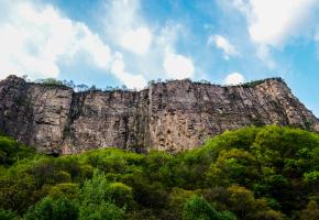 """红岩大峡谷,这里地质结构尤为复杂,可以纵览地壳古今的""""四世同堂"""",同时看到25亿年前、18-17亿年前、6.4亿年间、几百万年来形成的构造遗迹。由于受强烈的地质构造和自然侵蚀作用,这里汇聚着太行之雄、峡谷之深、崖壁之险、山石之奇、岩缝之异。"""