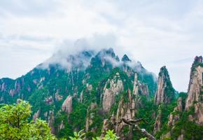 """三清山又名少华山位于中国江西省上饶市玉山县与德兴市交界处。因玉京、玉虚、玉华三峰宛如道教玉清、上清、太清三位尊神列坐山巅而得名。其中玉京峰为最高,海拔1819.9米,是江西第五高峰和怀玉山脉的最高峰,也是信江的源头。三清山是道教名山,世界自然遗产地、世界地质公园、国家自然遗产、国家地质公园。《中国国家地理》杂志推选为""""中国最美的五大峰林""""之一;中美地质学家一致认为是""""西太平洋边缘最美丽的花岗岩""""。"""
