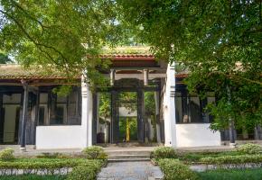 东坡书院位于海南省儋州市中和镇东郊,东坡书院道路由青石板铺成,古庙古寺石碑随处可见,古老的东坡书院就在一片椰林之下,东坡书院占地25000平方米。1996年被授予国家级重点文物保护单位,为海南重要的人文胜迹之一。