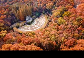 """中山陵是中国近代伟大的民主革命先行者孙中山先生的陵寝,及其附属纪念建筑群,国家5A景点,被誉为""""中国近代建筑史上第一陵""""。"""